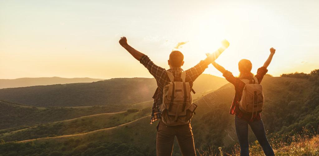 Couple victoire face au soleil AdobeStock_164775345